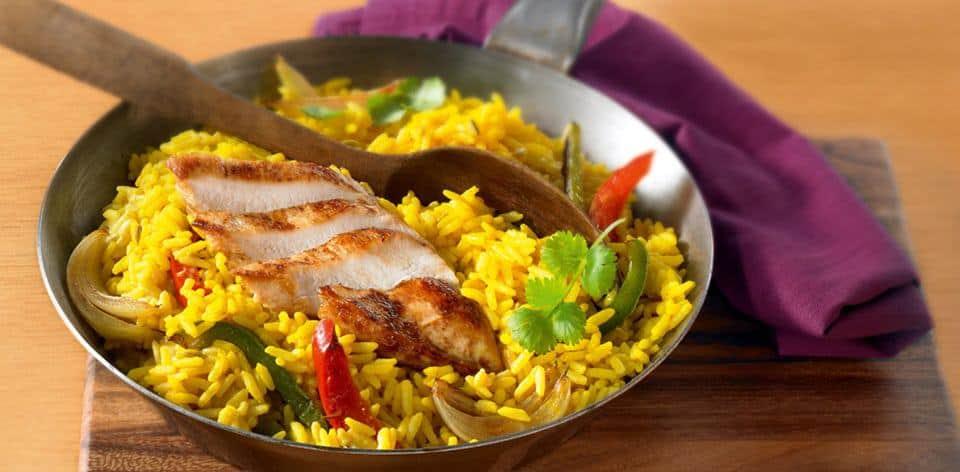 Pikante Gemüsepfanne mit Reis und Hähnchen – schnelles Rezept