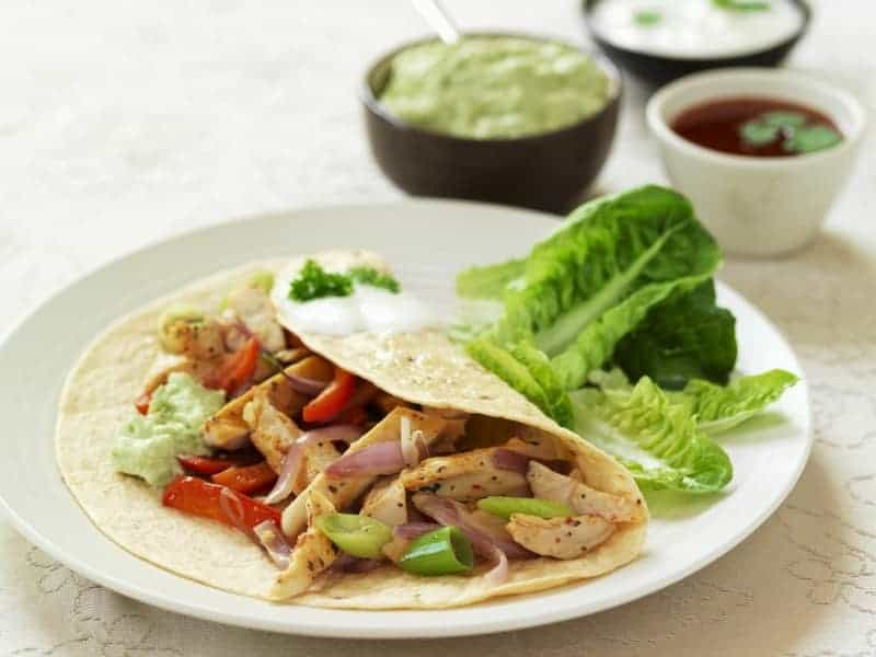 Mexiko Rezepte: Fajita mit Hähnchenfleisch, Salsa und Guacamole