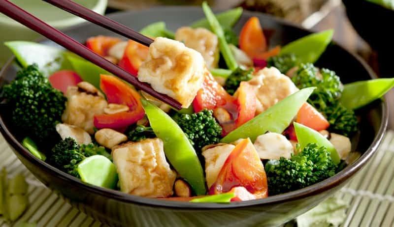 Bunte Gemüsepfanne mit Tofu – Rezept aus der asiatischen Küche
