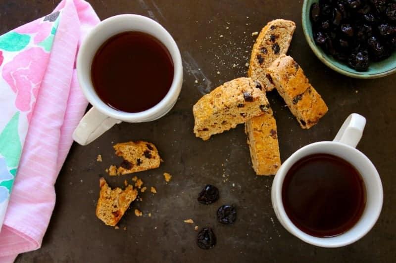 Dunkles Kirsche und Haselnuss Biscotti Rezept
