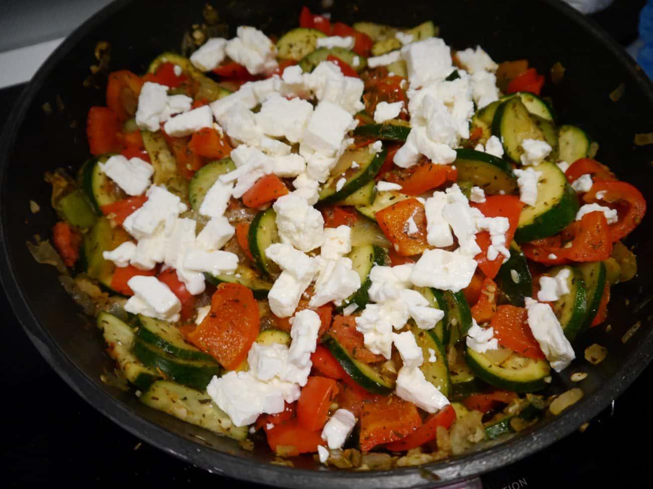 Absolut leckere Gemüsepfanne mit Feta: Rezept in 4 Schritten