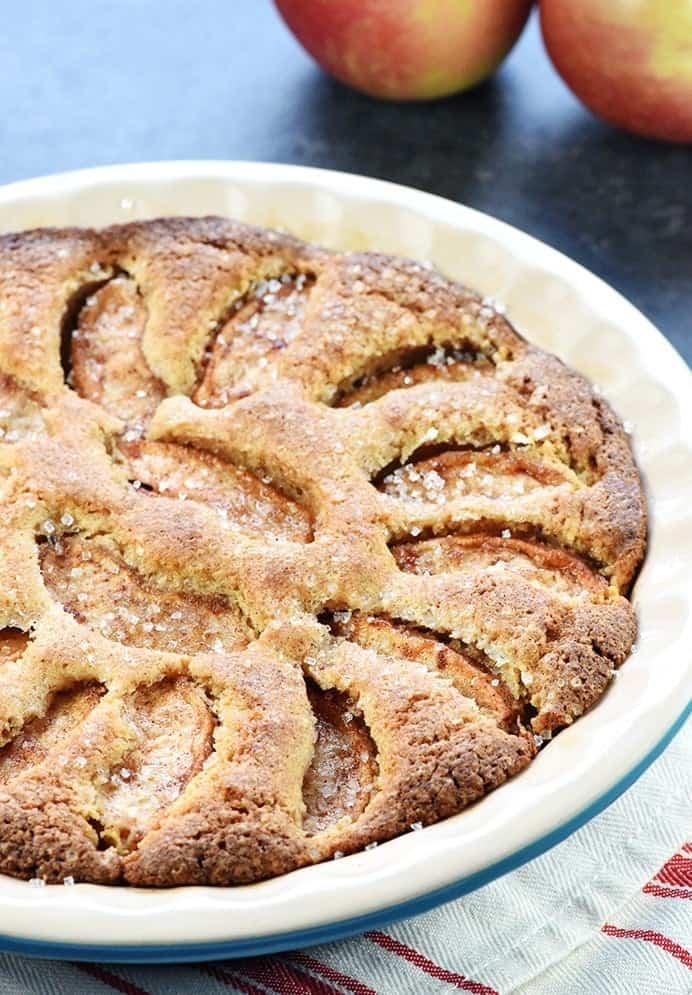 Apfelkuchen mit Zimt und glitzerndem Zucker