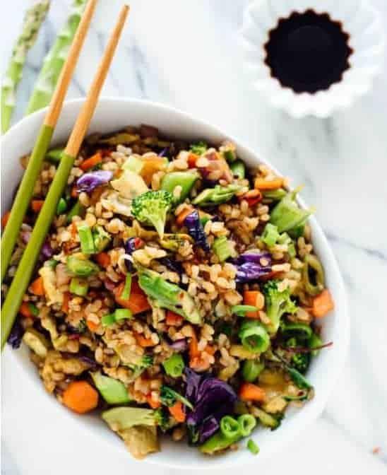 Gemüsepfanne mit Reis und vielfältigem Gemüse
