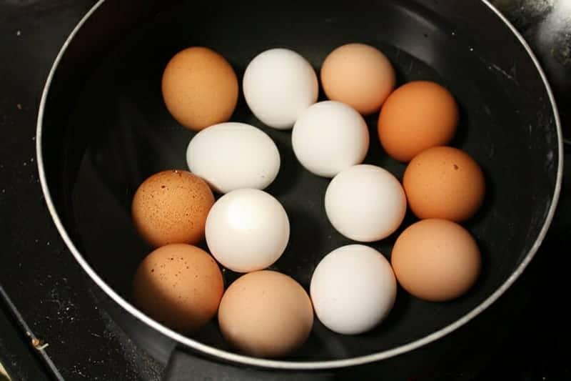 Eier kochen zum Früchstück
