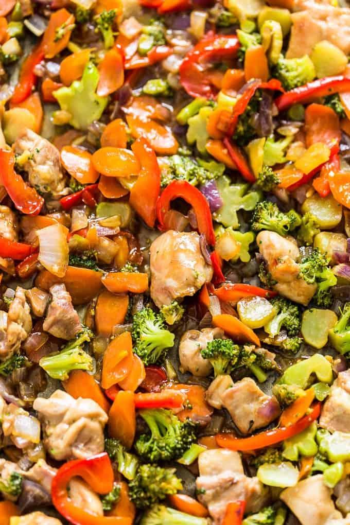 Überbackene Gemüsepfanne mit Knoblauch-Huhn