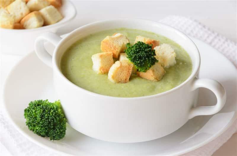 Schnelle Brokkoli Suppe mit Speck und knusprigen Croutons