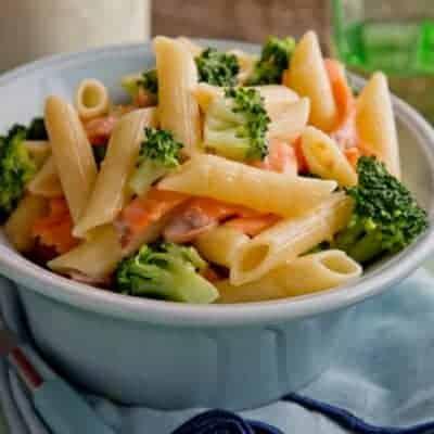 Nudeln mit Lachs, Peperoni und Brokkoli italienisches Rezept