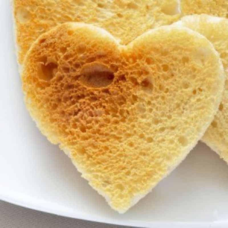 Brot wie Herz ausschneiden