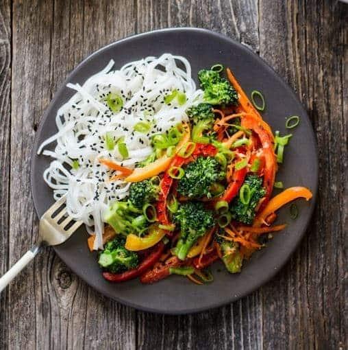 Nudel Gemüsepfanne mit Broccoli und Sauce