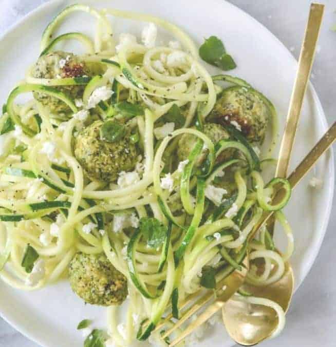 Zucchini Nudeln mit Hühner-Feta-Spinat Fleischbällchen