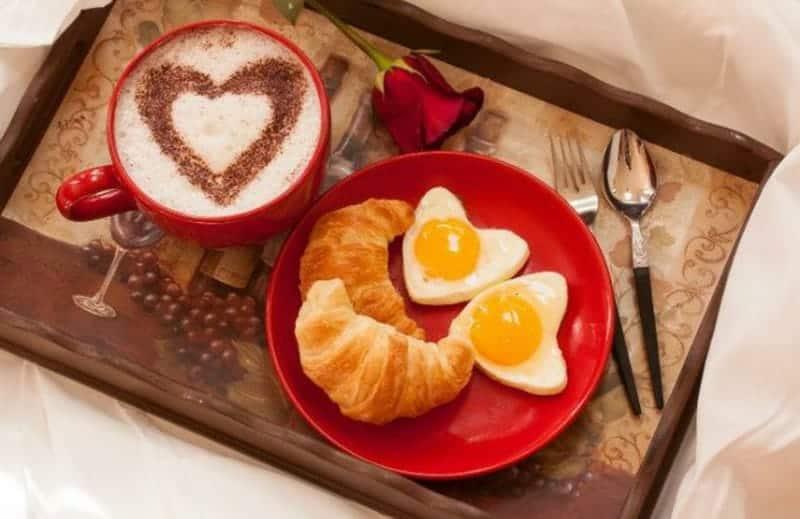 Frühstück zum Valentinstag zubereiten