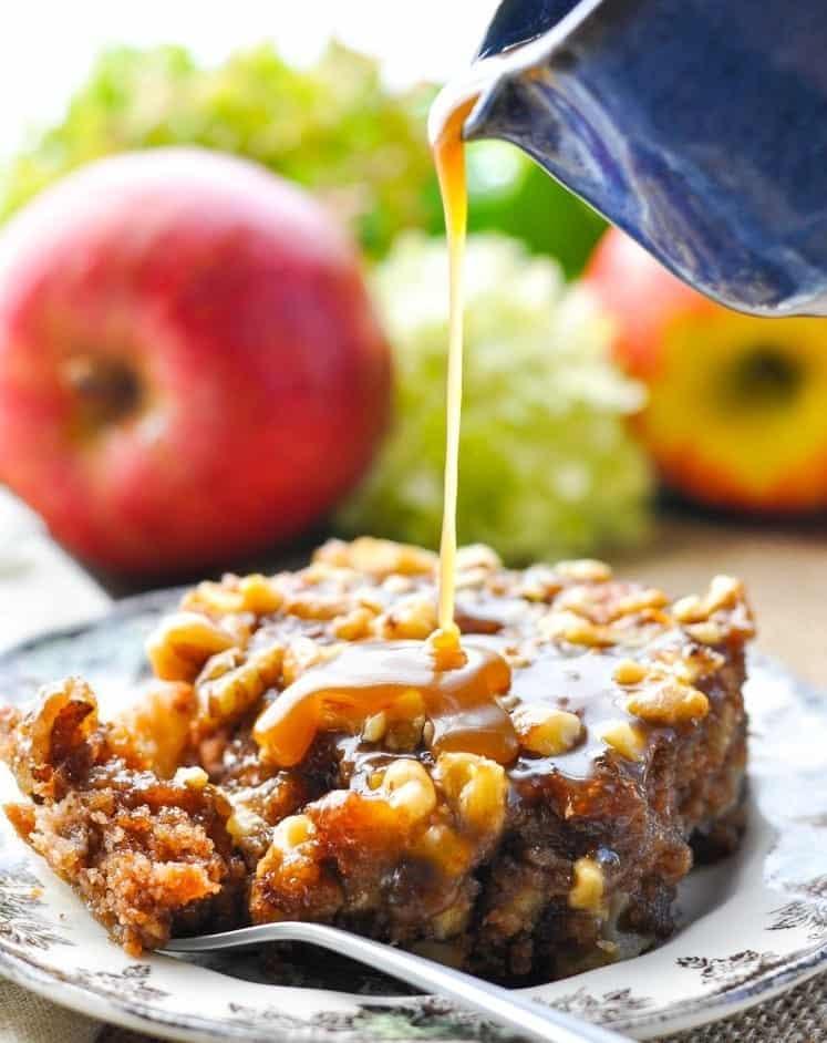 Walnuss Apfelkuchen mit Karamell-Glasur