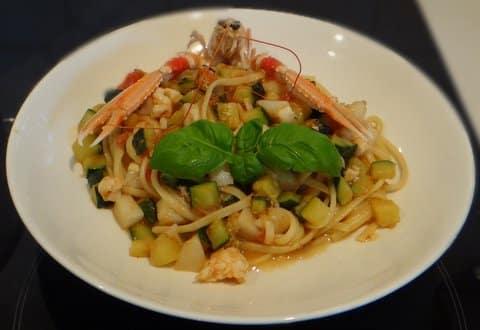 Zucchini Pasta mit Garnelen und frische Tomaten