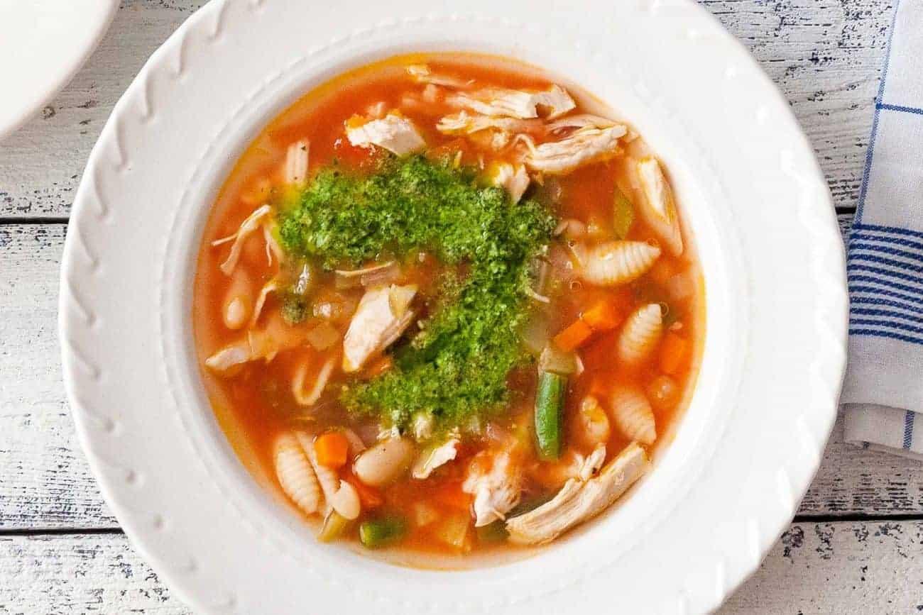 Minestrone Suppe mit Hühnchen und Basilikum Pesto
