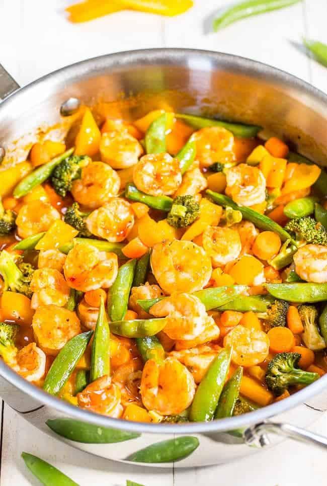 Gesunde Gemüsepfanne mit süß-saure Sauce und Shrimp