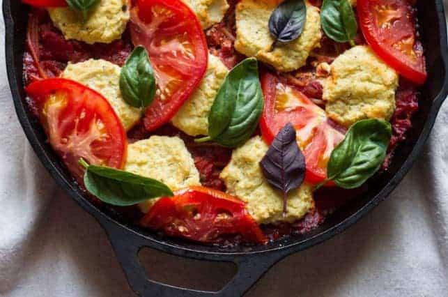 Nudeln braten – Vegan Caprese Spaghetti