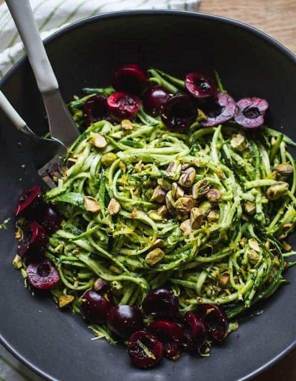 Pesto mit Nudeln aus Zucchini gesund und lecker