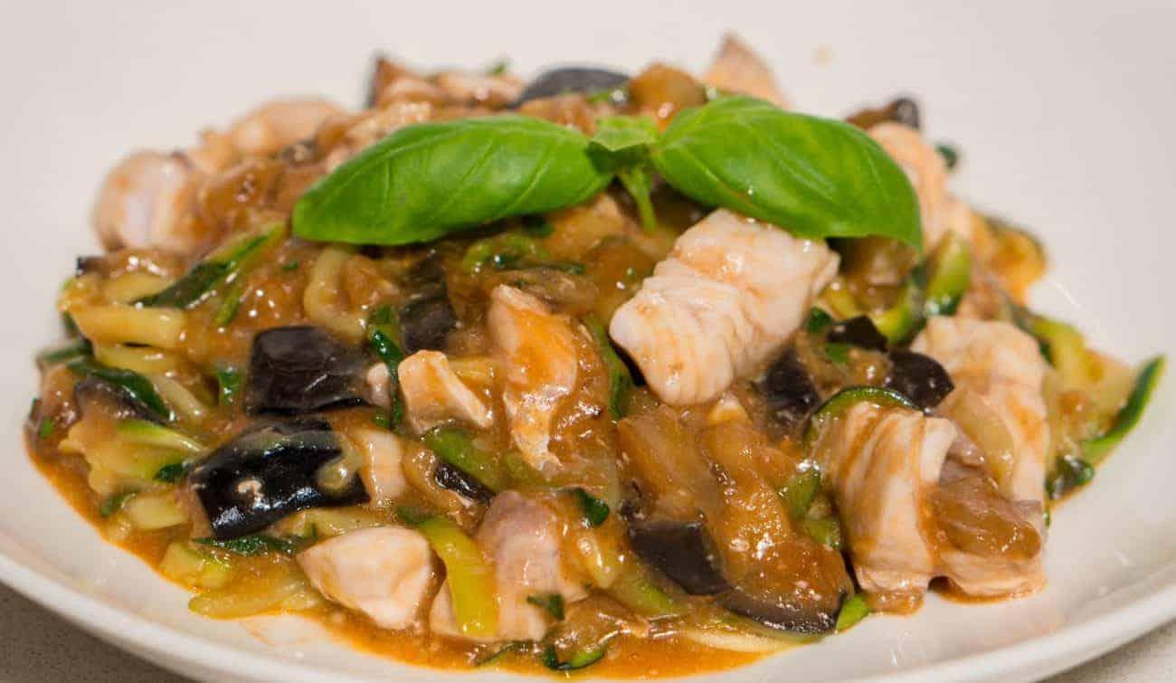 Zoodles Rezept mit Fisch und Auberginen Ragout
