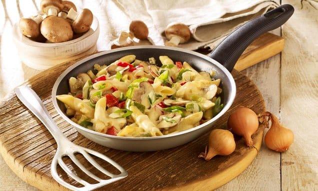 Nudel Gemüse Pfanne mit Parmesan und durchwachsenem Speck