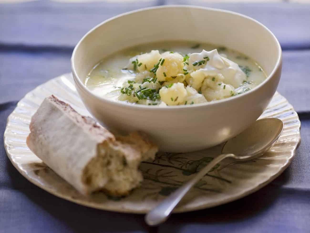 Cremige Blumenkohlsuppe mit Schlagsahne und Kartoffeln