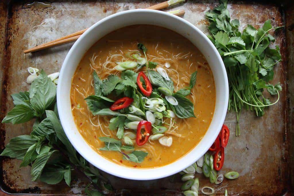 Thai Suppe mit Kokosmilch, Zitronengras und Hähnchen