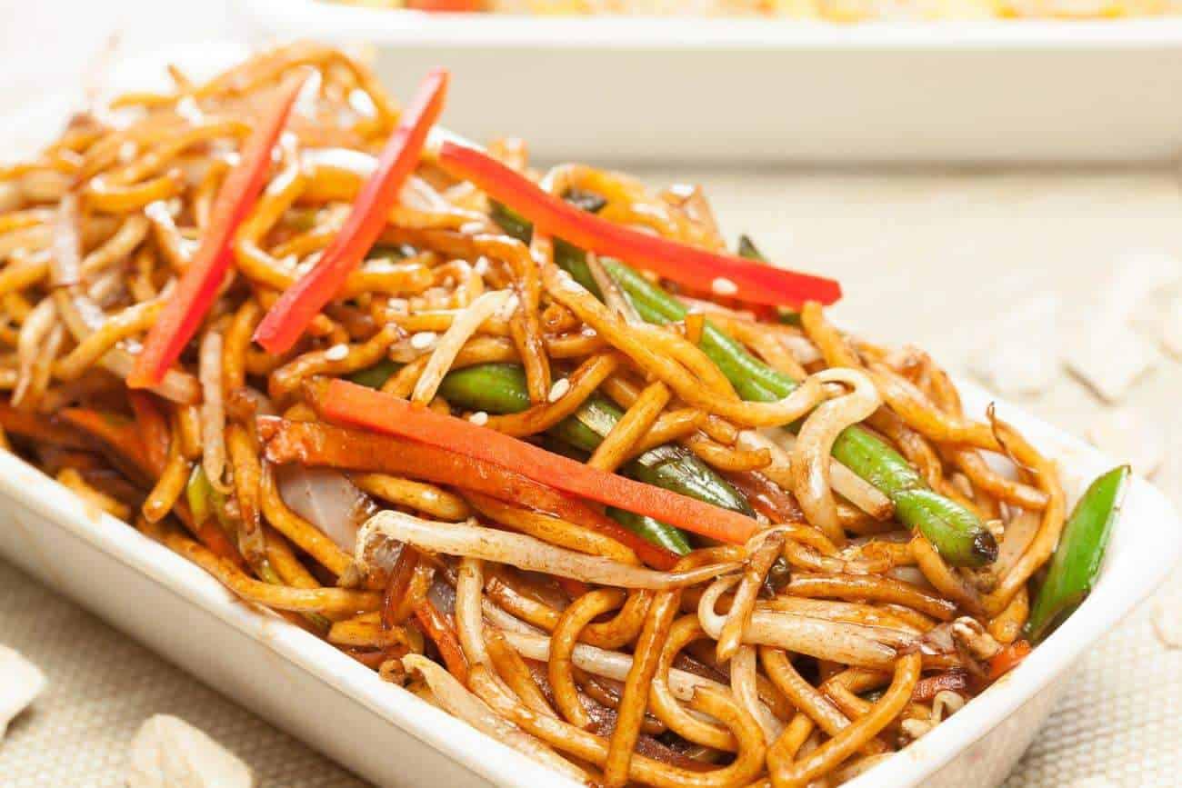 Nudeln braten chinesischer Art: Rezept mit Hähnchen und Gemüse