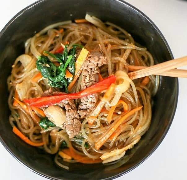 Asiatische Nudeln – Koreanische gebratene Glasnudeln (Japchae)