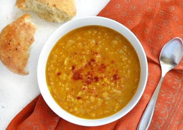 Rote Linsen Suppe mit Curry und Kürbispuree
