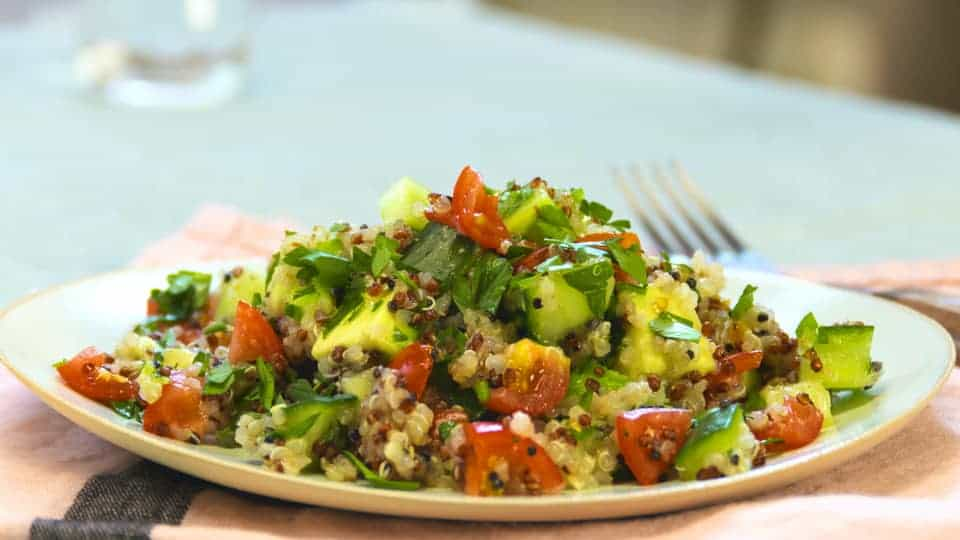Pikantes Avocado Salat mit Rucola und Quinoa
