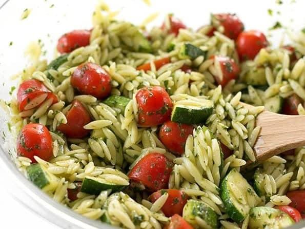 Zucchinisalat mit Orzo Nudeln und Chimichurri