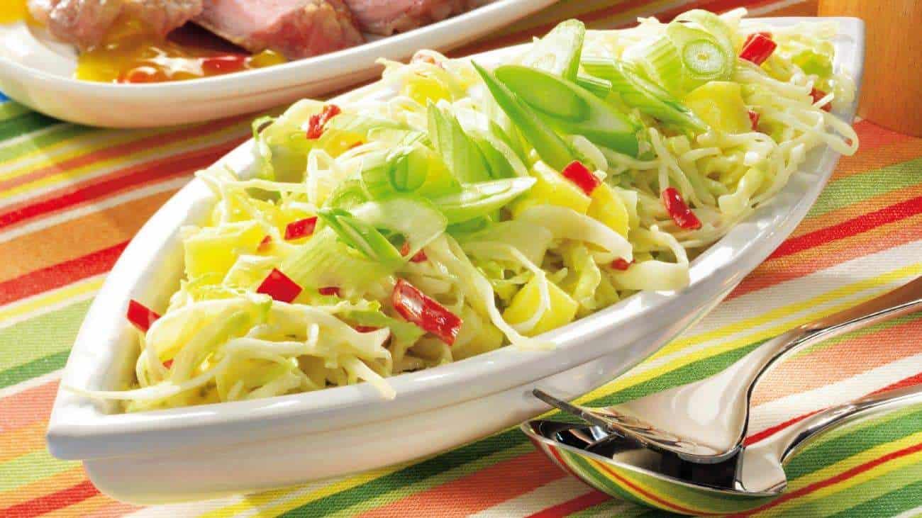 Chinakohlsalat mit Paprika, Schnittlauch und Sesam