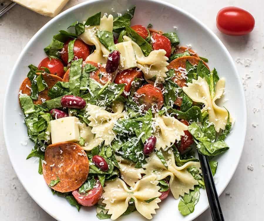 Italienischer Salat mit Pepperoni und Pasta