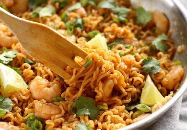 Asiatische Nudeln mit Garnelen und Limette