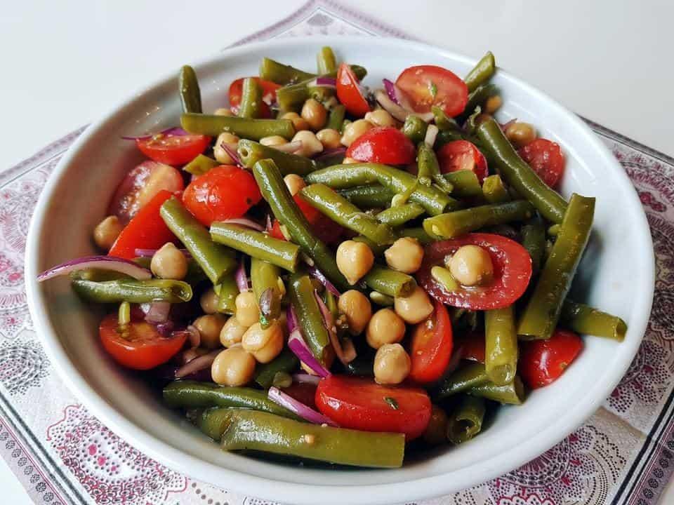 Kichererbsensalat mit Ingwer, grünen Bohnen und Tomaten