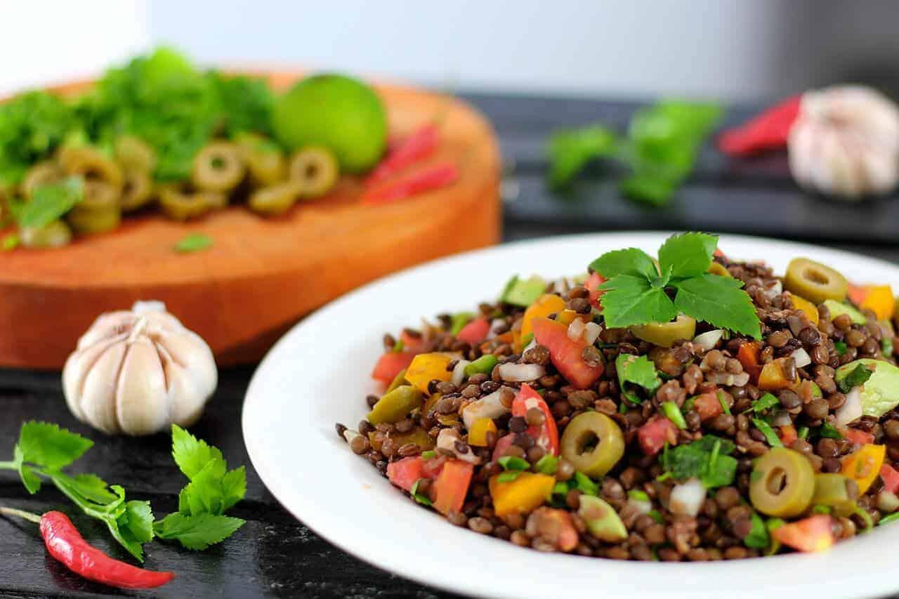 Arabischer Linsensalat mit Rucola, Mandeln und Mozzarella-Kugeln