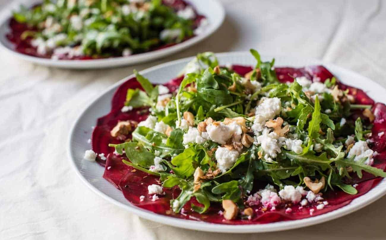 Rote Beete Salat mit Schafskäse, Pinienkernen und Balsamico-Essig