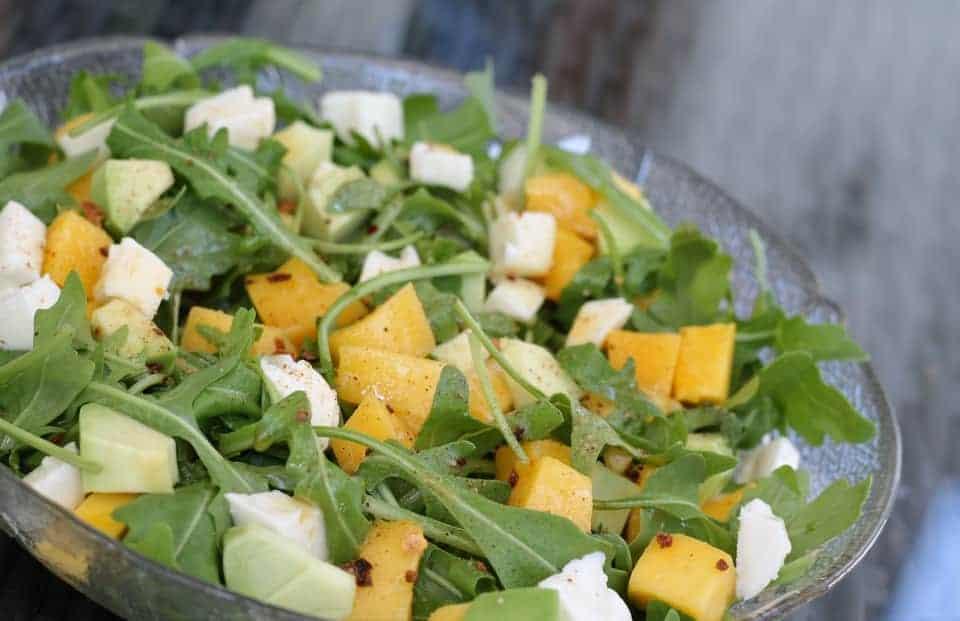 Rucola Salat mit Mango, Avocado und Pinienkernen – exotisches Rezept
