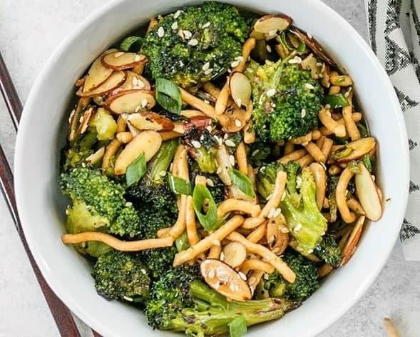 Brokkolisalat Rezept mit Mandeln und Sesamdressing