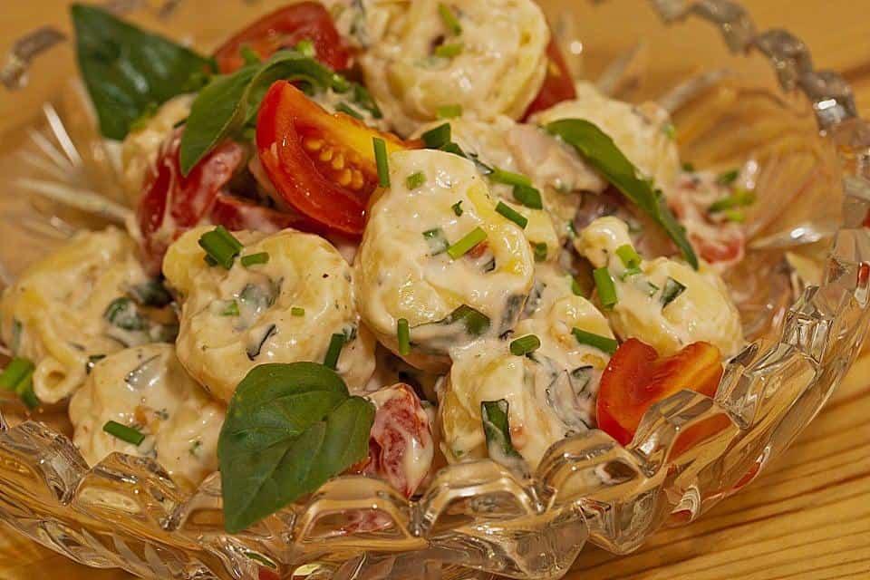 Italienischer Tortellini Salat mit Schinken, Käse und Tomaten