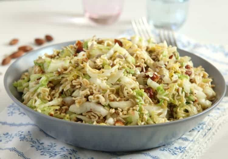 Asiatischer Yum Yum Salat mit Sonnenblumenkernen und Mandeln