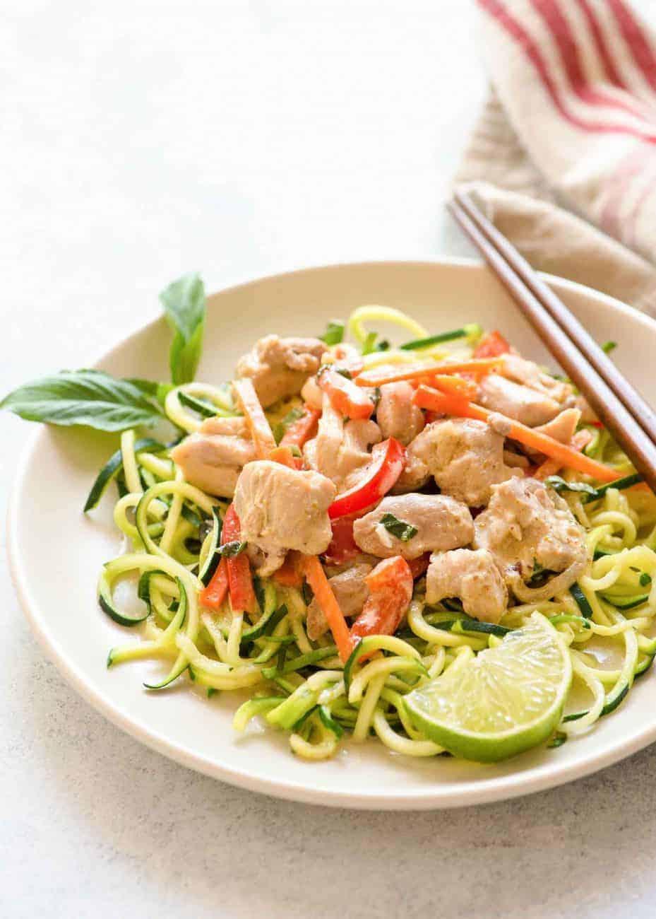 Nudelersatz aus Zucchini mit grünem Curry-Hähnchen