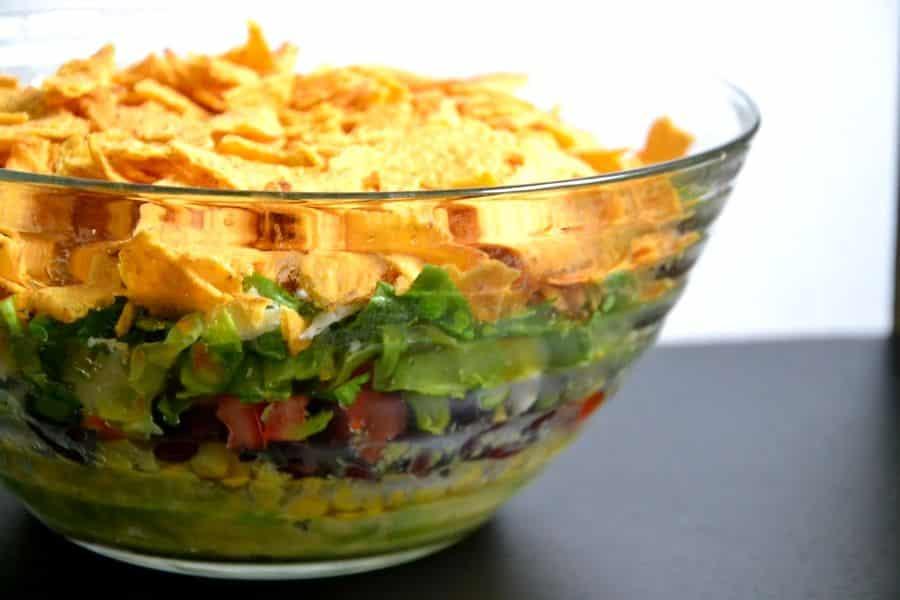 Mexikanischer Schichtsalat für Vegetarier – einfaches Rezept