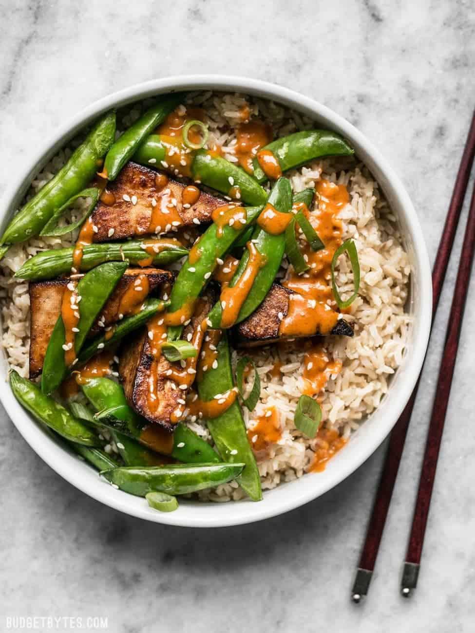 Reis mit Gemüse Rezept mit Tofu und Erdnusssoße