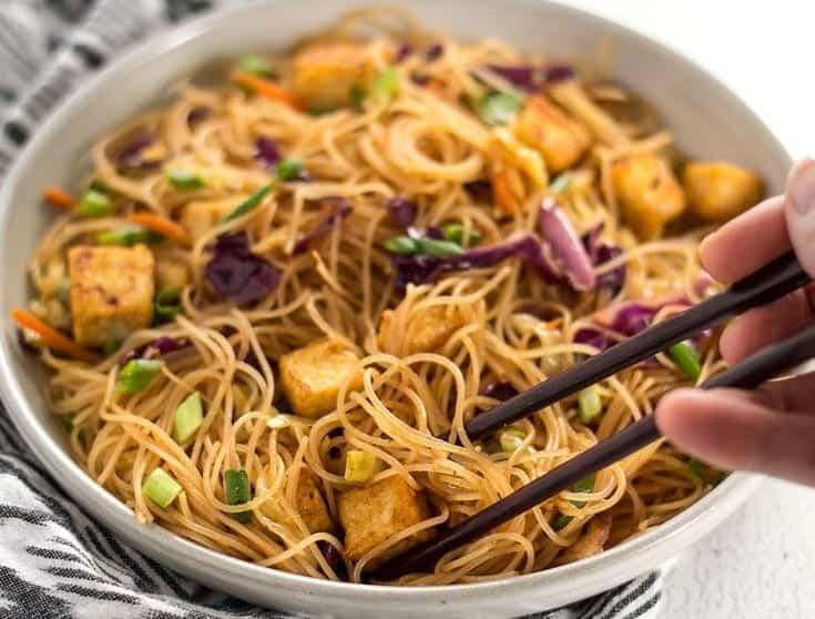 Asiatische Nudeln mit knusprigem Tofu