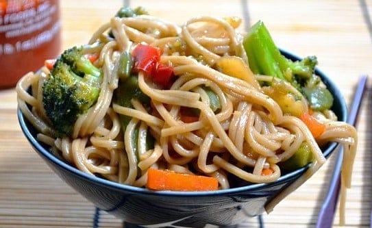 Asiatische Nudeln mit Gemüse und Teriyaki Sauce