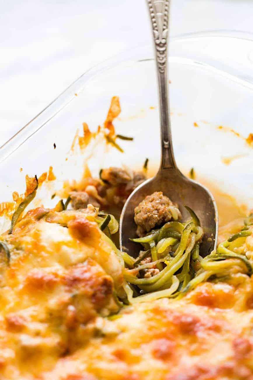 Zucchini Spaghetti mit italienischer Wurst und Käse
