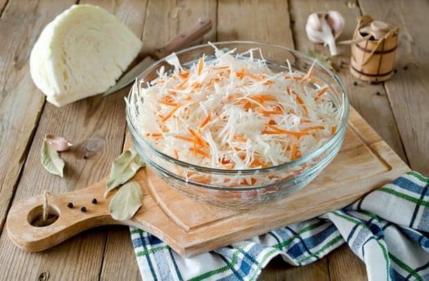 Amerikanischer Coleslaw Salat mit Weiβkohl und Möhren