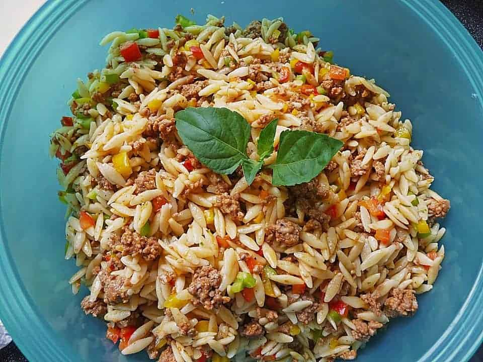 Griechischer Kritharaki Salat mit Hackfleisch und Paprika