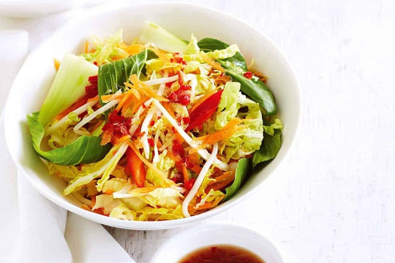 Vegetarischer Pak Choi Salat mit Kresse und Rettich