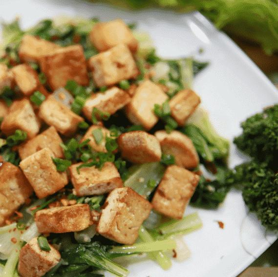 Pak Choi Salat mit knusprigem Tofu